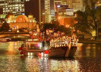 大阪屋形船・グランピングBBQ船メリーグリーン、中之島中央公会堂の前。