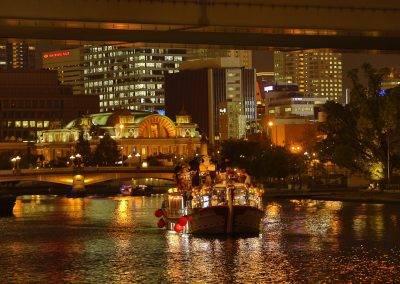 大阪屋形船・グランピングBBQ船メリーグリーン中之島中央公会堂の前。